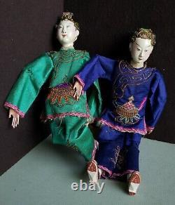 2 Belles Poupées D'opéra Japonaises Communes En Bois Sculpté Antique Dans Des Vêtements De Soie