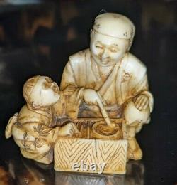 Homme Japonais Antique Fin D'okimono Mélangeant Des Peintures Avec Le Garçon Signé Par L'artiste