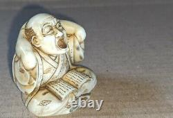 Meiji Période Japonais Fine Sculpté Boxwood Netsuke D'un Bâilleur Lecture