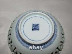 Plat Antique Antique Japonais Ou Chinois De Porcelaine Bleu Et Blanc Réticulé